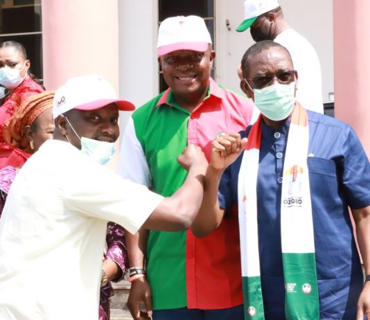 Delta State Governor, Senator Dr. Ifeanyi Okowa; exchanging pleasantries with Mr. Eziokwu Magnus, APGA youth leader who led APGA decampees to PDP when the Anambra State PDP Governorship candidate, Mr. Valentine Ozigbo ,( middle), led supporters on a visit to the Governor in Government House, Asaba. Tuesday. PHOTO: JIBUNOR SAMUEL